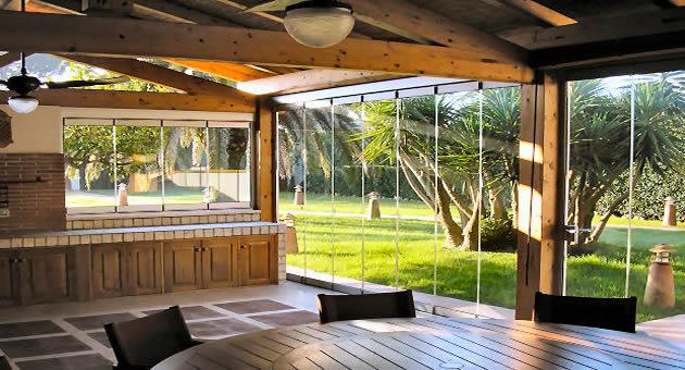 Le vetrate panoramiche pieghevoli tuttovetro giemme system for Giardini e verande